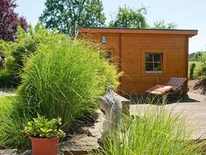 garten auf drei ebenen mit einer sauna einem wasserbecken und einer baumbank. Black Bedroom Furniture Sets. Home Design Ideas