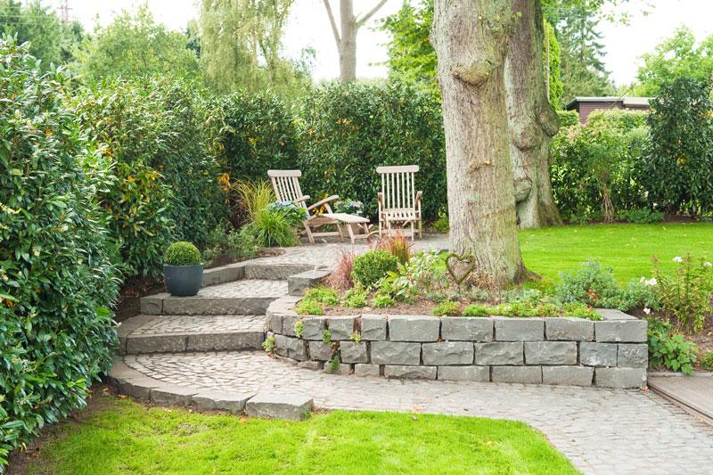stadthausgarten in hanglage in blankenese. Black Bedroom Furniture Sets. Home Design Ideas
