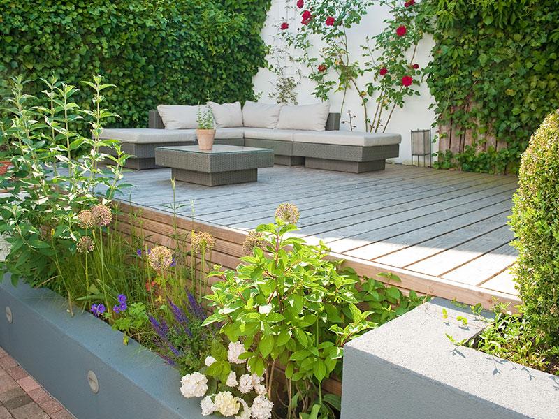 neue terrasse fuer einen innenhofgarten