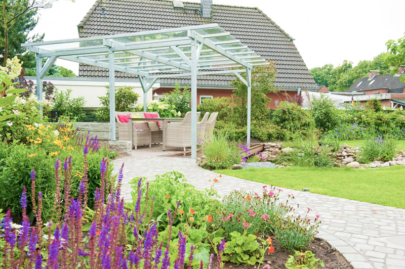 Gartenerweiterung Mit Einer überdachte Terrasse Am Teich